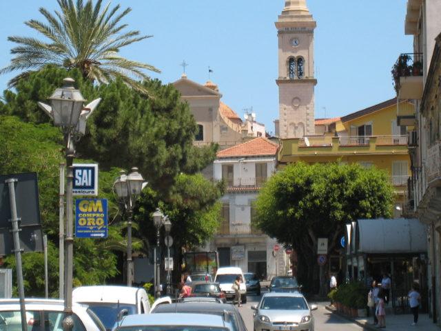 Gioiosa Marea med Chiesa Madre eller Chiesa di San Nicola i baggrunden. Foto: KirstenSoele