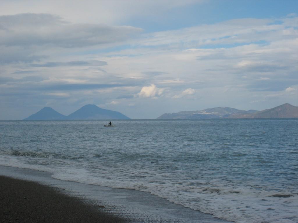 En fisker med De Æoliske Øer, Salina, Lipari og Vulcano i baggrunden
