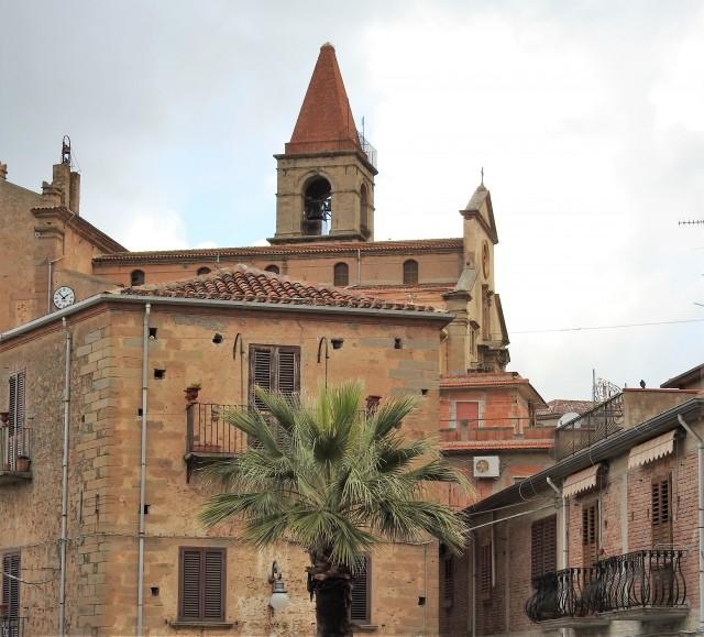 Ficarra, Chiesa Madre dell'Annunziata i baggrunden. Foto: Kirsten Soele