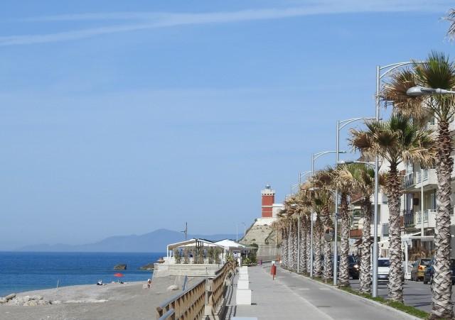 Strandpromenaden med fyrtårnet i baggrunden, Capo d'Orlando. Foto: Kirsten Soele