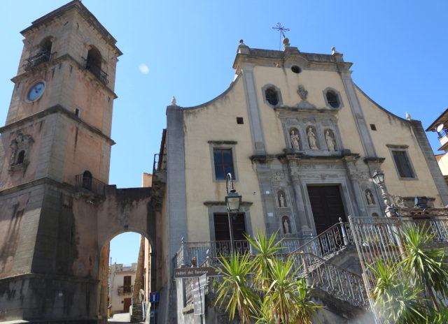 Chiesa Santa Maria Assunta forbundet til klokketårnet med en bro. Foto: Kirsten Soele