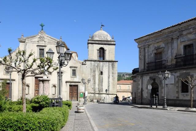 Chiesa Madre eller Duomo. Til højre for kirken: Palazzo Orioles. Foto: Kirsten Soele