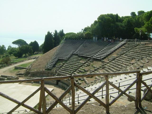 Amfiteateret i Tindari. Foto: M1CH3L3, Wikimedia 2006