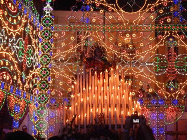 Fest for Maria Assunta i august i Novara di Sicilia. Foto: Nasoallinsu, Wikimedia 2016