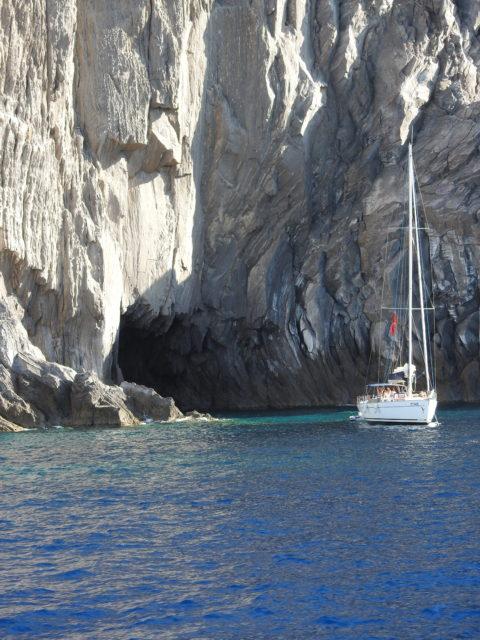 Klipper og grotter mellem Panarea og Stromboli. Et yndet udflugtsmål for sejlere. Foto: KirstenSoele