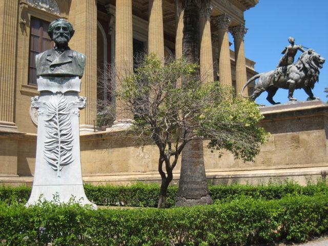 Buste af Giovanni Verga foran Teatro Massimo i Palermo. Foto: KirstenSoele