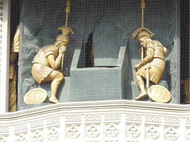 De to soldater, der sidder vagt ved Jesu grav, som han rejser sig fra. Foto: KirstenSoele