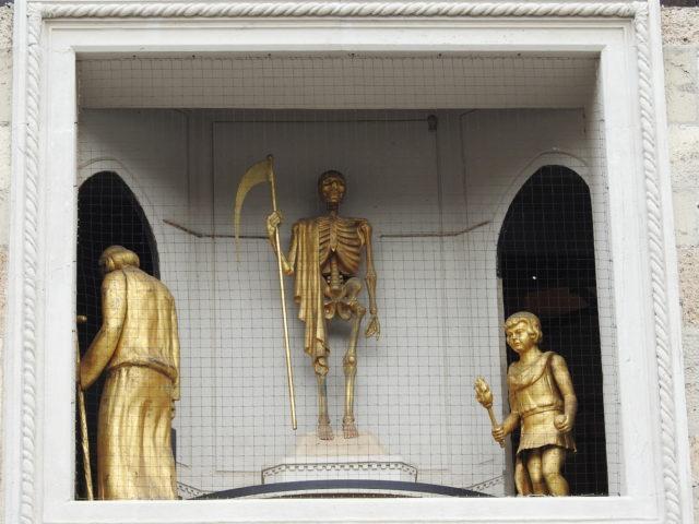 Menneskets aldre, her alderdom og barndom med skelettet med leen i midten. Foto: KirstenSoele