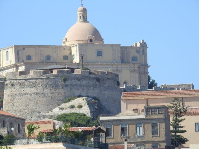Den gamle domkirke bag ringmurene, Milazzo. Foto: KirstenSoele