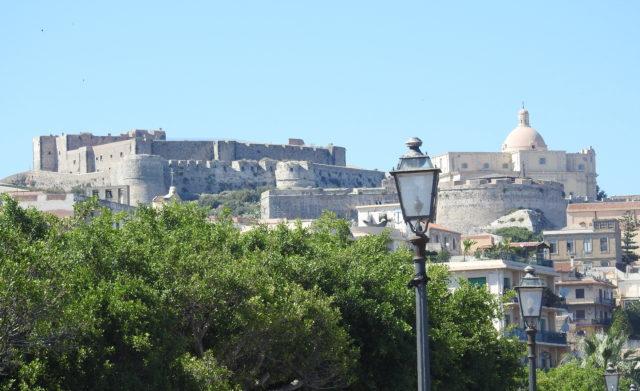 Slot med fæstningsværk og den gamle domkirke. Foto: KirstenSoele