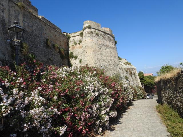 Den spanske ringmur fra 1520'erne om fæstningsanlægget i Milazzo. Foto: KirstenSoele