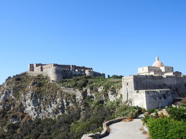'Il Mastio', den inderste forsvarsdel fra det 12 - 13 årh, bag den aragonesiske ringmur fra 1490'erne samt den gamle domkirke bag den spanske ringmur. Foto: KirstenSoele