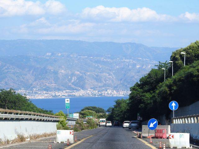 Kik ud over Messinastrædet fra Messina. Foto: KirstenSoele