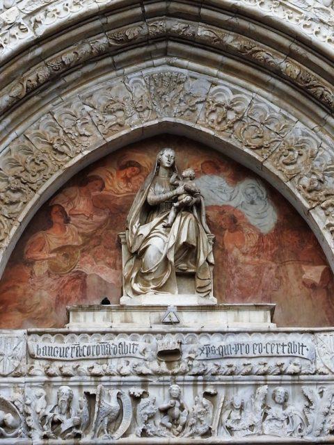 Giovan Battista Mazzolos statue af Jomfru Maria med barnet over portalen til Messina Domkirke. Foto: KirstenSoele