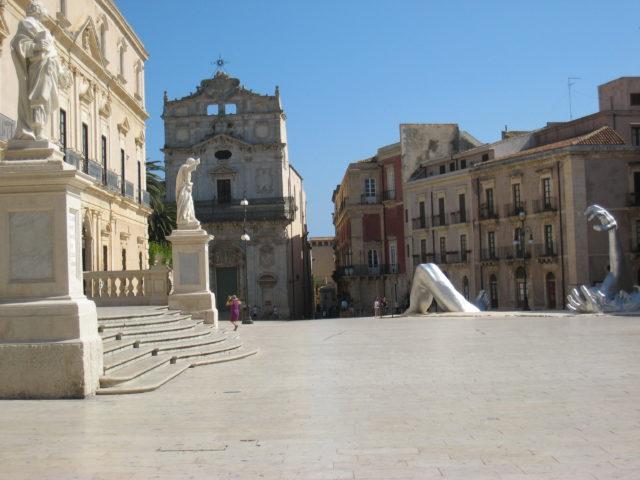Til venstre Siracusas Domkirke, midt for, Chiesa di Santa Lucia alla Badia. Foto: KirstenSoele