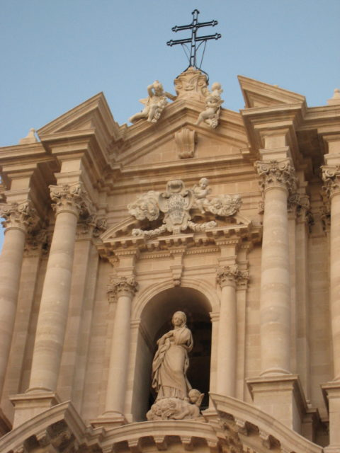 Jomfru Maria øverst på Siracusas Domkirke. Foto: KirstenSoele