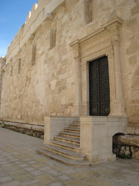 Siden af domkirken, hvor mellemrummene mellem søjlerne fra Athenetemplet er muret til. Foto: KirstenSoele