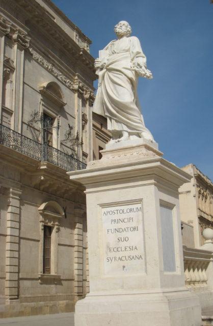 San Pietro, Sankt Peter til venstre for Siracusa Domkirke. Foto: KirstenSoele
