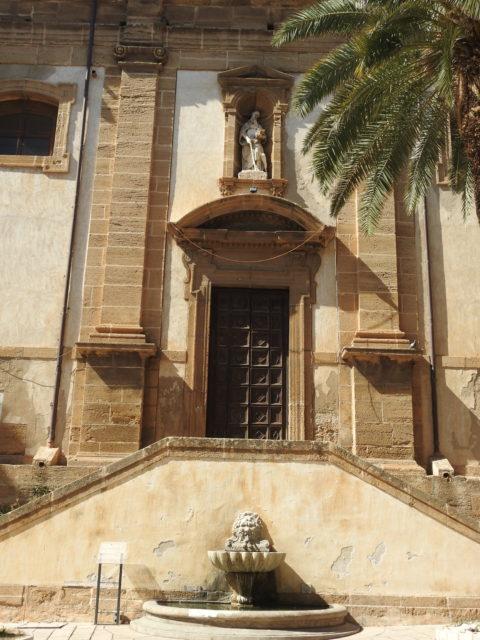 Gaginifigur over indgangsport på kirkens side. Foto: KirstenSoele