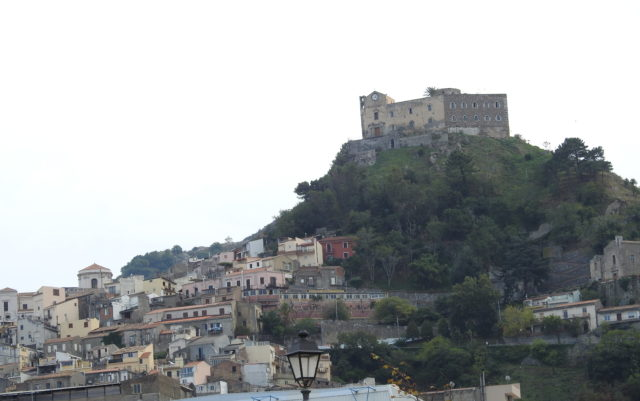 Slot og kirke: Castello e Santuario Santa Lucia del Mela. Foto: KirstenSoele