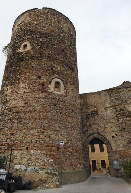Det cylinderformede tårn på slottet, Castello Santa Lucia del Mela. Foto: KirstenSoele