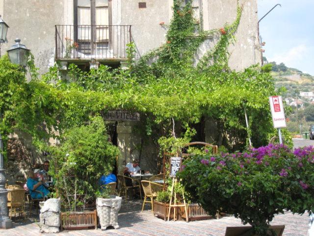 Palazzo Trimarchi med Bar Vitelli, Savoca. Foto: KirstenSoele