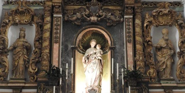 Højalteret: Fra venstre: Santa Lucia, Madonna della Neve, der krones af to engle, San Biagio. Foto: KirstenSoele