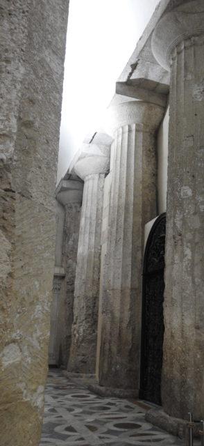 Doriske søjler fra det græske Athenetempel i Duomo di Siracusa. Foto: KirstenSoele