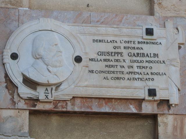 Til minde om at hærføreren Garibaldi juli 1860 overnattede i Milazzo ifm samlingen af Italien. Foto: KirstenSoele