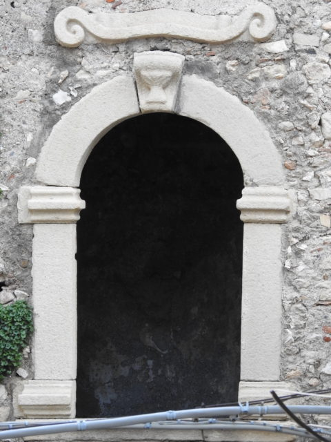 Portal i sandsten. Foto: KirstenSoele