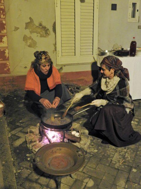 Røræg med pølse tilberedes over åben ild. Foto: KirstenSoele