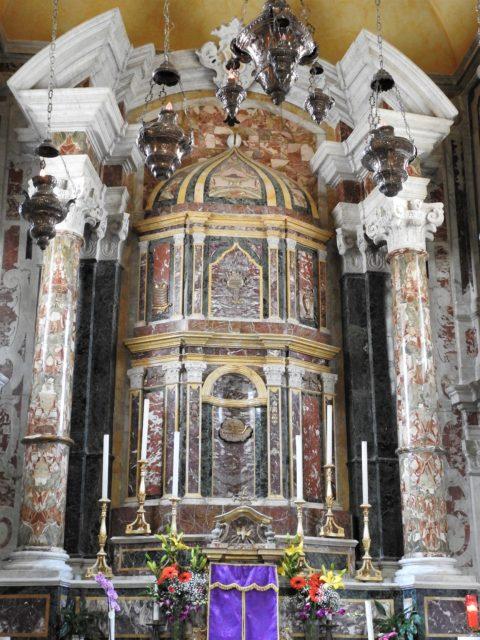 Alter i flerfarvet marmor med overbygning udformet som en gavl på et romersk tempel. Foto: KirstenSoele