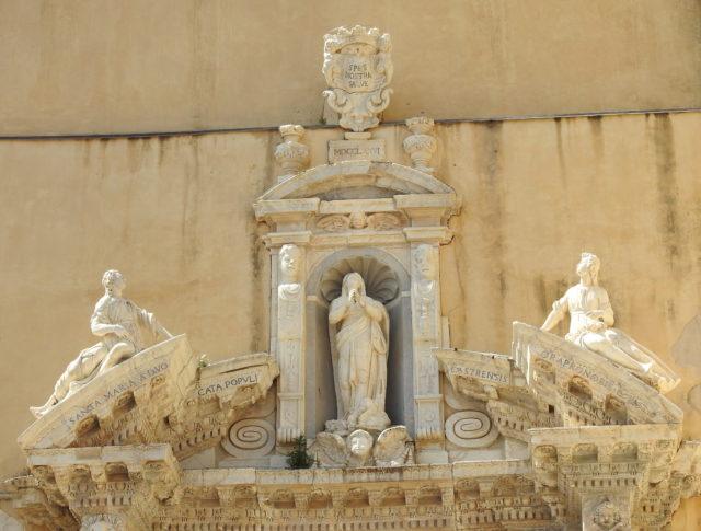 Madonna Assunta over indgangsportalen til domkirken. Foto: KirstenSoele