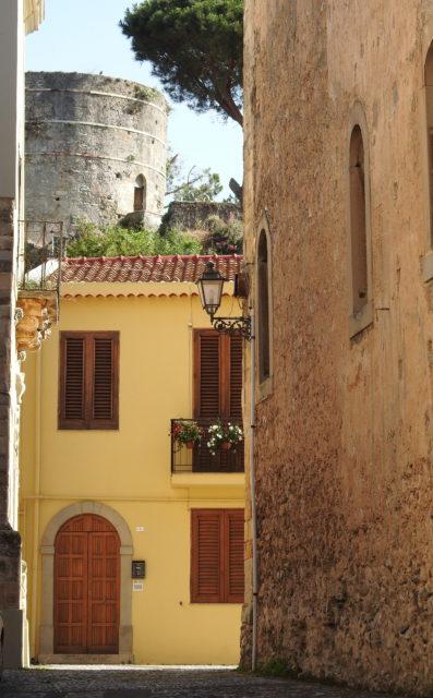 I baggrunden: Torre di Federico II d'Aragona. Foto: KirstenSoele
