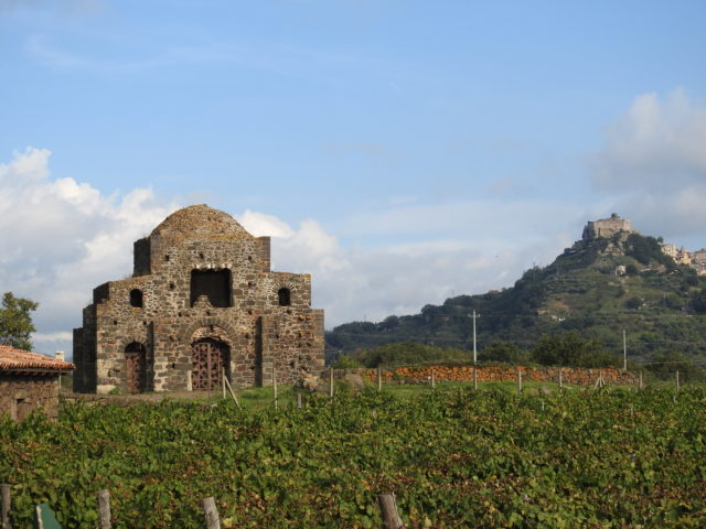 Chiesa di Santa Domenica, i baggrunden Castello di Ruggero di Lauria. Foto: Kirsten Soele