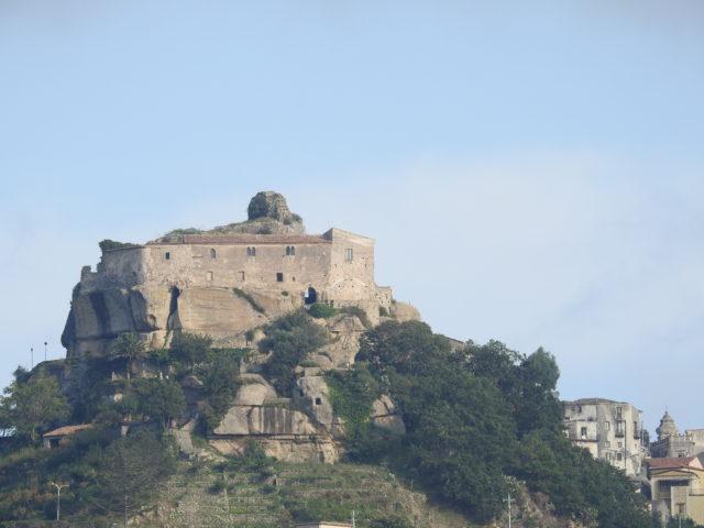Castello di Lauria. Foto: KirstenSoele