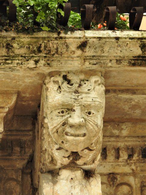 Maskeron under balkonen på Palazzo Pizzo. Foto: KirstenSoele