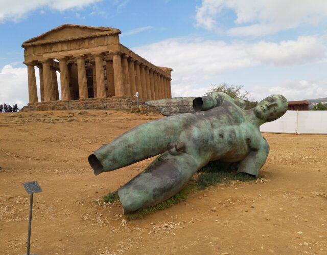 Bronzestatue af Icaro, der i den grske mytologi trodser faderen Dedalo og dr, da han styrter i havet. Statuen ligger foran Concordiatemplet og er skabt af den polske kunstner Igor Mitoraj (1944-2014). Foto: Ulla Barfod