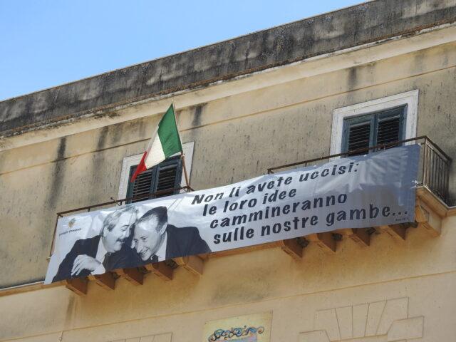 """Banner med Falcone og Borsellino. """"I har ikke dræbt dem. Vi går videre med deres ideer"""". Foto: KirstenSoele"""