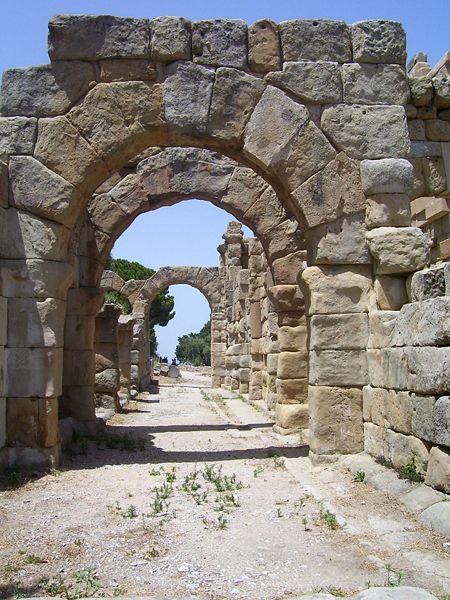 Buer i basilikaen i Tindari. Foto: Kondephy, Wikimedia 2009