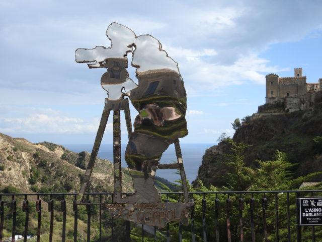 Figur af instruktøren af God Father, Francis Ford Coppola. I baggrunden Chiesa di San Nicolò. Savoca. Foto: KirstenSoele
