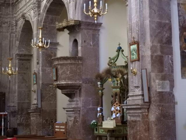 Det indre af Chiesa Madre i rød San Marco marmor.  Foto:  KirstenSoele