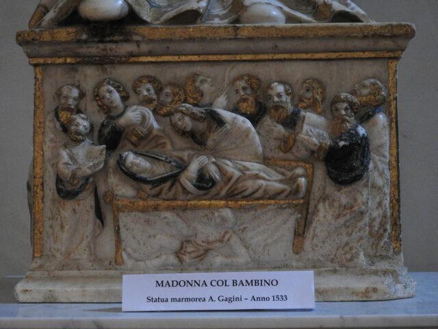 Statuens sokkel med Jomfru Maria, der hviler sig. Foto: KirstenSoele